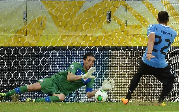 buffon caceres penalti italia x uruguai (Foto: AFP)