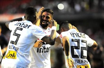 Tréllez comemora o gol que colocou o São Paulo na liderança, na reta final do primeiro turno (Foto: Marcos Ribolli)