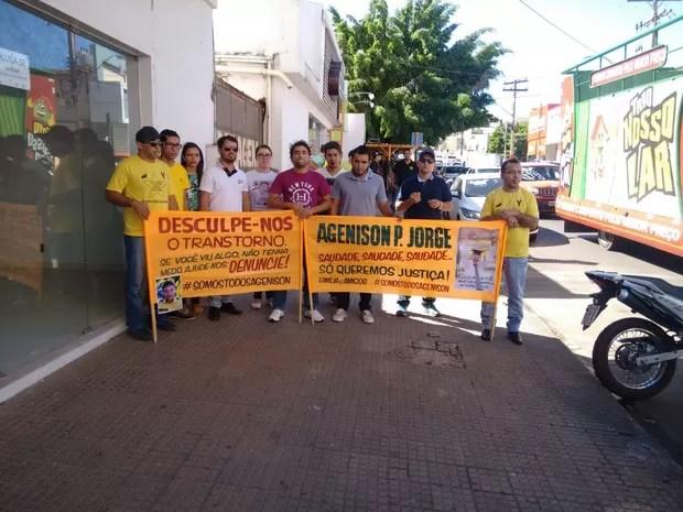 Parentes e amigos de agente de trânsito pedem justiça e falam em saudade (Foto: Silvia Arantes/TV Anhanguera)