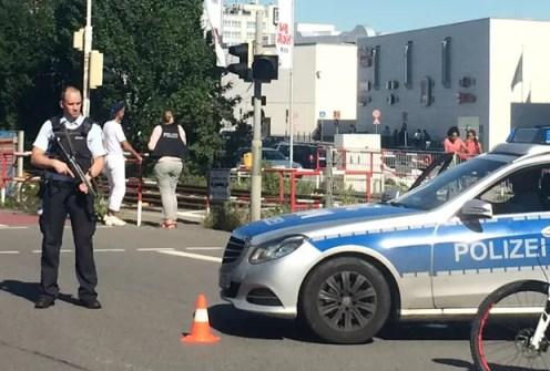 Área em torno do cinema foi isolada e a movimentação de policiais é intensa (Foto: Simon Ribnitzky/DPA/AP)