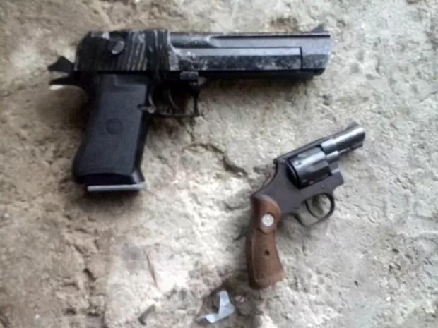 Armas utilizadas durante assalto a família em Itanhaém foram apreendidas (Foto: G1)