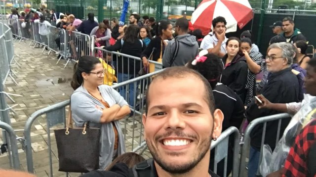 Fã da dupla Sandy e Junior, Ulisses chegou às 21h do dia anterior na fila da Jeunesse Arena — Foto: Arquivo pessoal