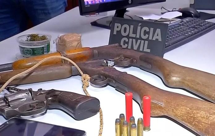 Três armas e munições foram apreendidas — Foto: TVCA/Reprodução