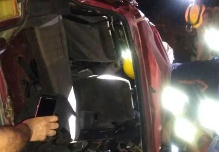Carro de passeio que bateu em caminhão ficou destruído, após acidente na BR-232, em Pombos, em Pernambuco (Foto: WhatsApp/Reprodução)