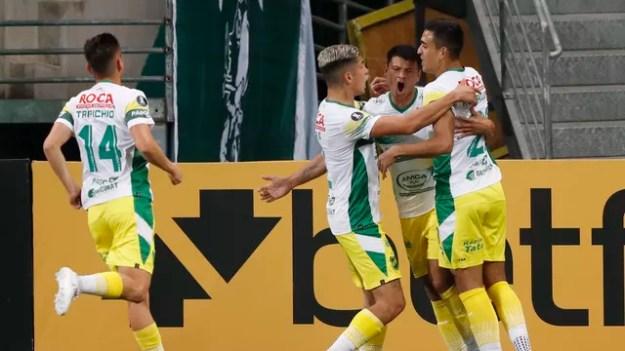 Jogadores do Defensa y Justicia comemoram gol no Allianz Parque