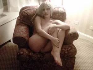 Lady Gaga quase nua em poltrona (Foto: Divulgação/Twitter do artista)