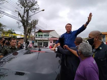 Bolsonaro acena para a população em Eldorado — Foto: Dione Aguiar/G1