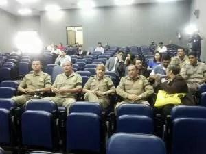 Policiais rodoviários federais acompanham julgamento.  (Foto: Reprodução/TV Liberal)