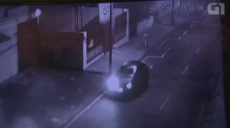 Vídeo mostra suspeito de matar namorada com taco de beisebol fugindo com o carro dela (Foto: Reprodução/RPC)