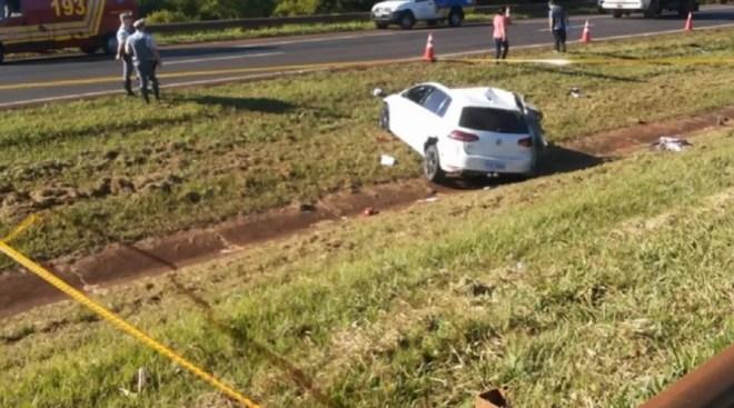 Carro foi parar no canteiro central após atingir caminhão e capotar na Rodovia Anhanguera, em Guará (SP) — Foto: Reprodução