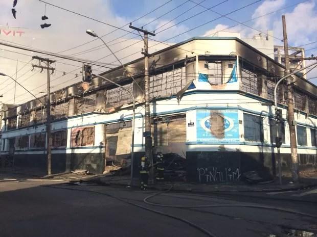 Incêndio ocorreu no Centro de Santos, SP (Foto: Fabiana Faria / G1)