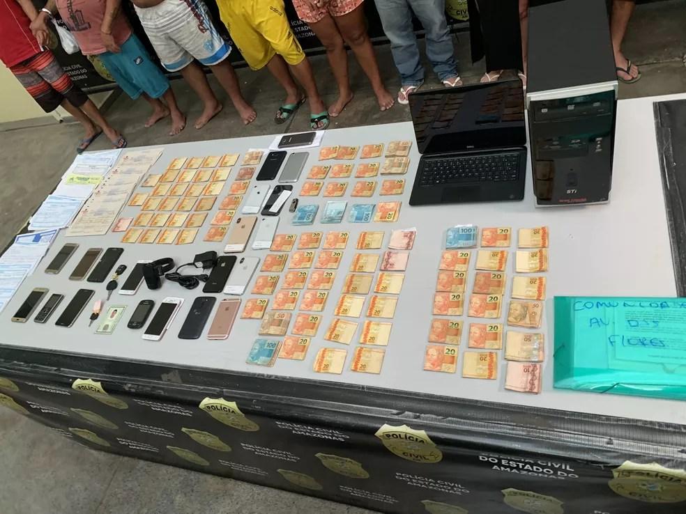 Carros, celulares, R$16,1 mil e diversos documentos usados pelos suspeitos foram apreendidos. — Foto: Patrick Marques/G1 AM