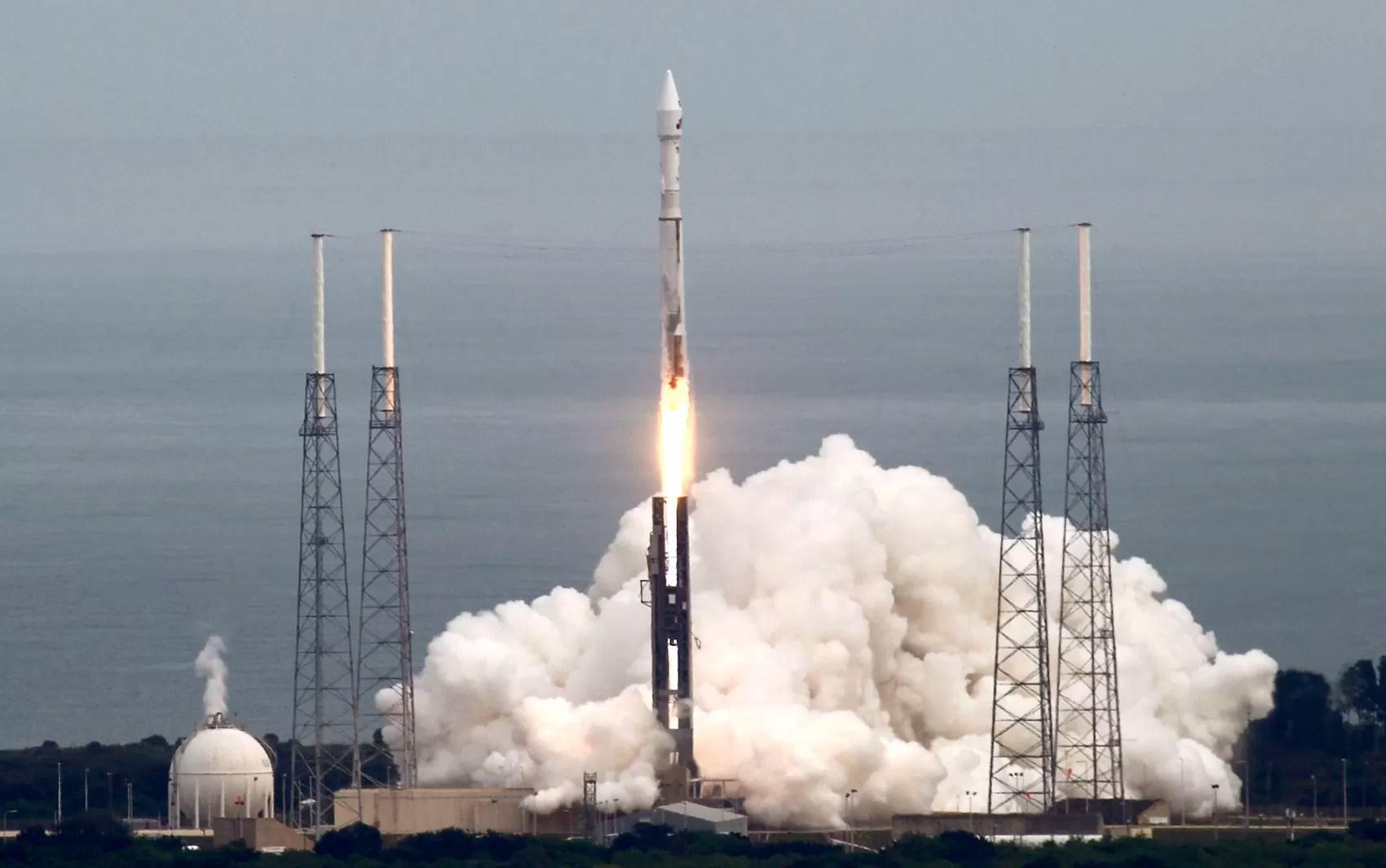 Sonda Maven, que fará missão em Marte, é lançada de Cabo Canaveral, na Flórida (Foto: Michael Berrigan/Reuters)