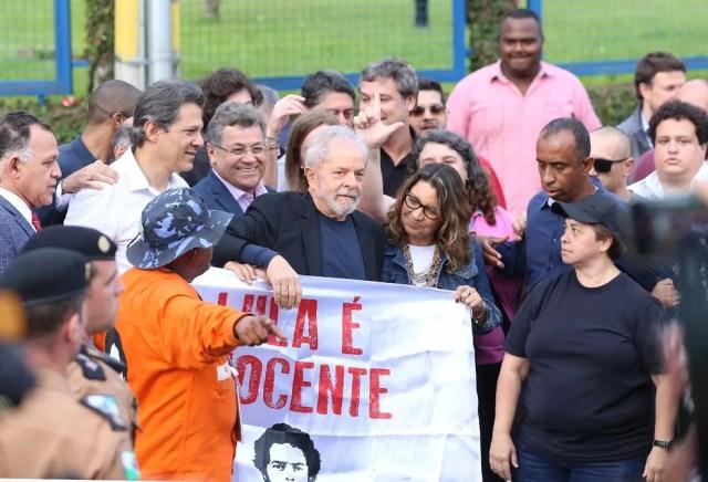 Lula deixou a carceragem da PF nesta sexta-feira (8)  — Foto: Giuliano Gomes/PR Press