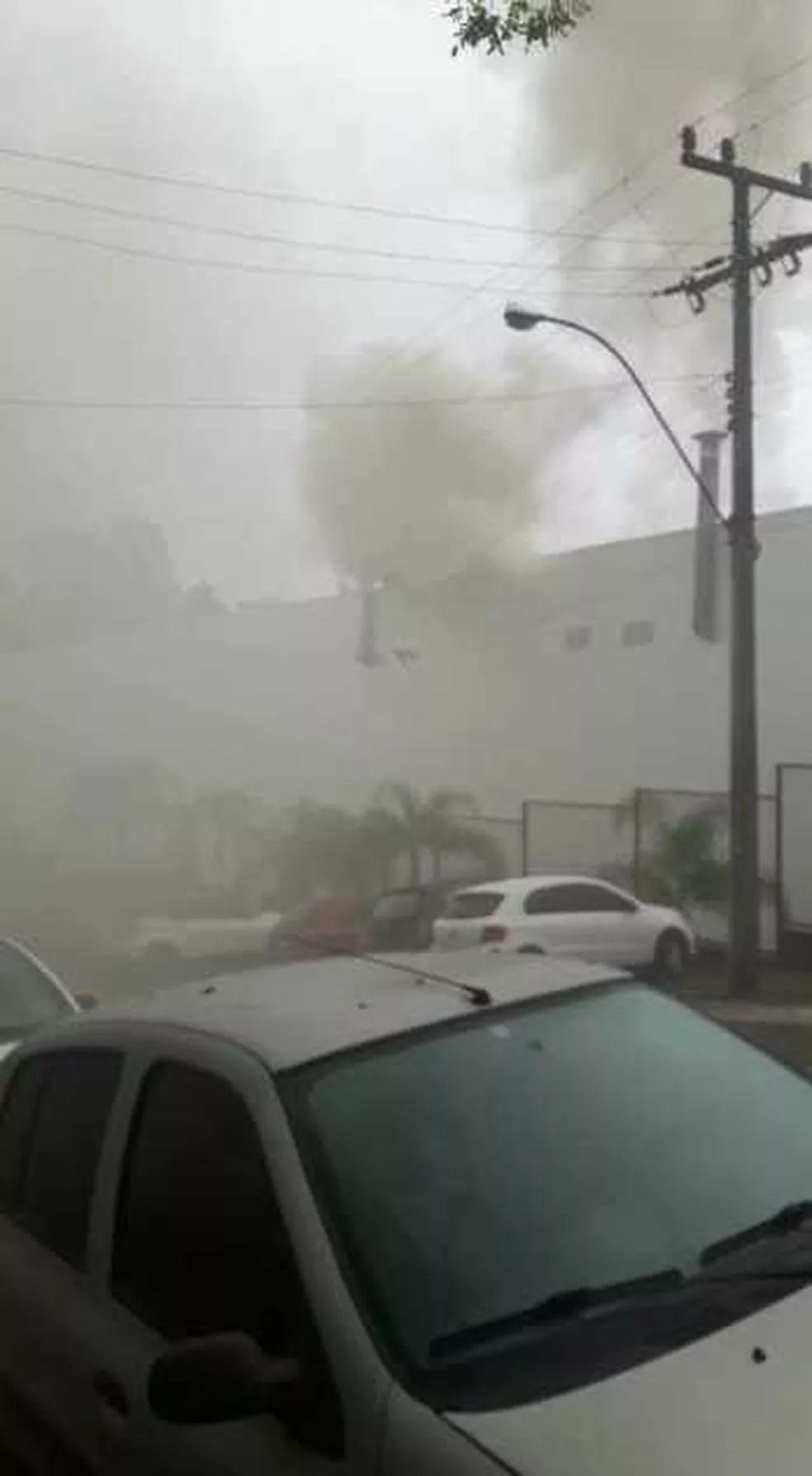 Fumaça pode ser vista pelo lado de fora do shopping (Foto: Beatriz Mendes/Arquivo pessoal)