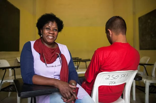 A professora Maria da Penha foi a grande incentivadora do interno  (Foto: Victor Moriyama/ G1)