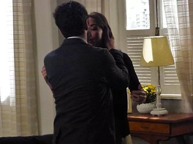 A megera é pega de surpresa e Zé Pedro tasca um beijão (Foto: TV Globo)