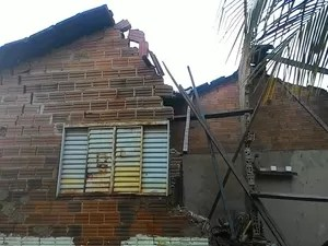 Família ficou desabrigada e deve ir para a casa de amigos (Foto: Divulgação/Bombeiros)