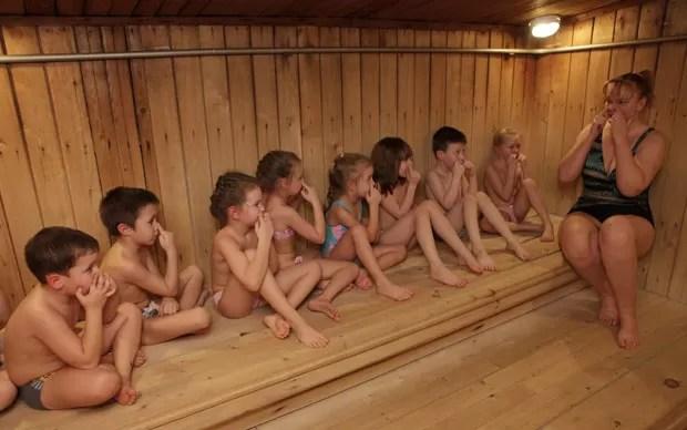A técnica de fitness Margarita Filimonova instrui as crianças na sauna antes da saída para o banho gelado no jardim de infância russo (Foto: Ilya Naymushin/Reuters)
