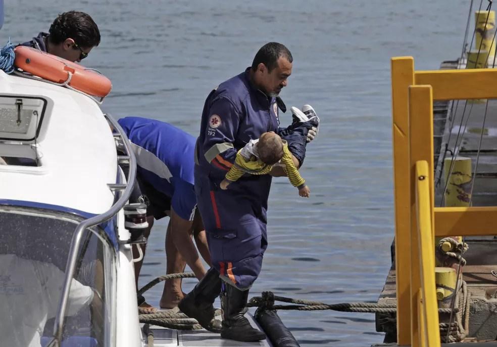 Socorro a bebê que morreu no naufrágio em Mar Grande (Foto: Xando Pereira/Agência A Tarde/Estadão Conteúdo)