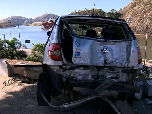 Carro ficou pendurado na Curva do Saldanha, em Vitória (Foto: Reprodução/ TV Gazeta)