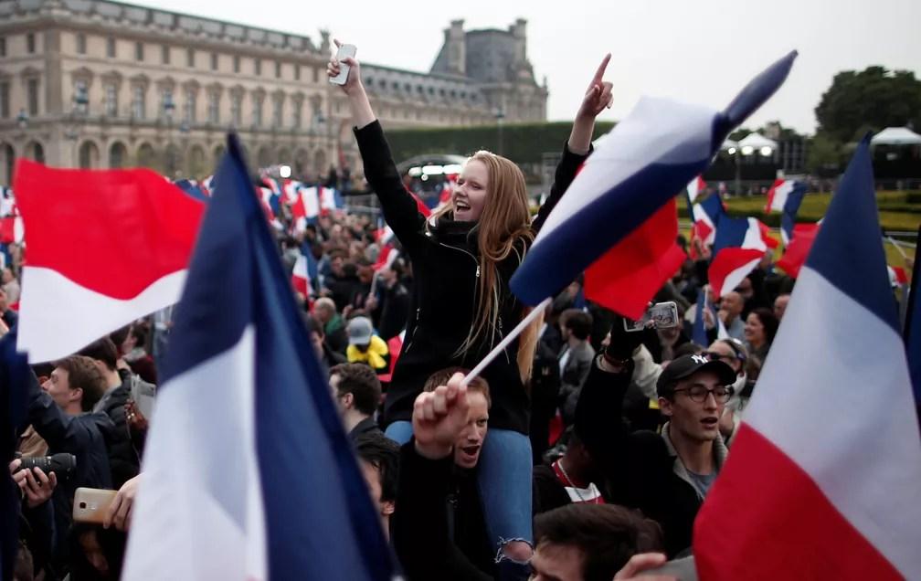Seguidores de Emmanuel Macron comemoram resultado da eleição em frente ao Louvre (Foto: REUTERS/Benoit Tessier)