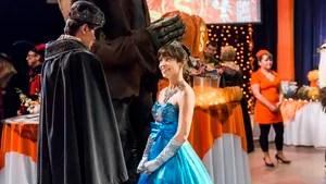 """Bela e jovem empresária herda de seu pai empresa de doces avaliada em um bilhão de dólares. Em um baile a fantasia no Halloween, ela conhece um misterioso """"príncipe"""" e passa a correr atrás de seu verdadeiro amor."""