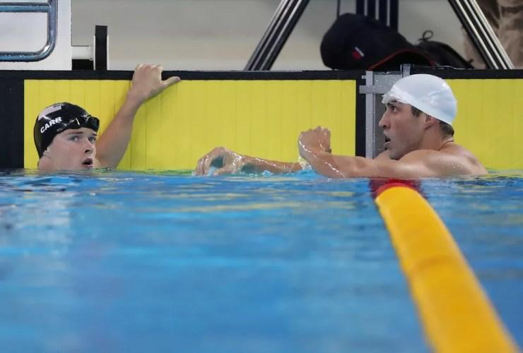 Guilherme Guido (à dir.) após a final dos 100m costas — Foto: Sergio Moraes/Reuters