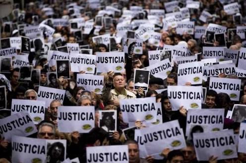 População da Argentina pede justiça e critica acordo feito com o Irã após atentado (Foto: Victor R. Caivano/ AP)