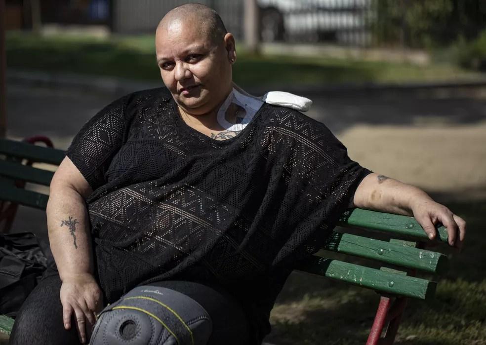 Cecilia Heyder, ativista chilena pelo direito a uma morte digna e que sofre de câncer metastático, lúpus e um distúrbio no sangue, em foto de 15 de abril de 2021 — Foto: Esteban Felix/AP