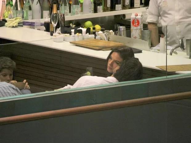 Isis Valverde e o namorado, André Resende, em restaurante na Zona Sul do Rio (Foto: Daniel Pinheiro/ Ag. News)