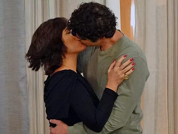 Nando e Roberta se beijam  (Foto: Guerra dos Sexos / TV Globo)