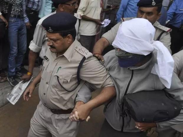 Turista suíça vítima de estupro é levada ao hospital em Gwalior nests sábado (16) (Foto: AFP)