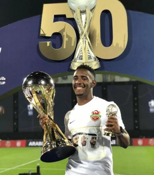 Yuri César posa com o troféu da Copa do Golfo Árabe — Foto: Reprodução/Instagram