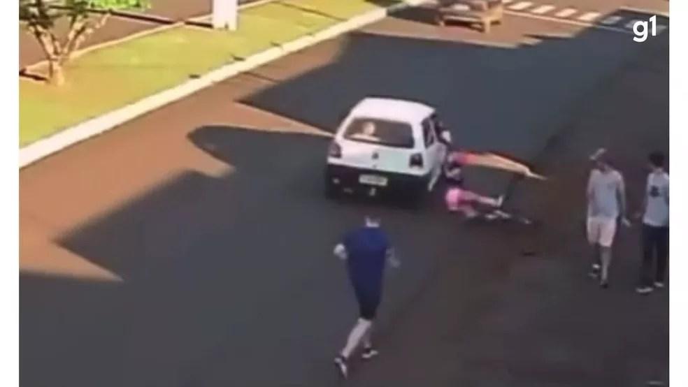 Mulher caiu de bicicleta e ficou ferida após ser importunada, no Paraná — Foto: Reprodução