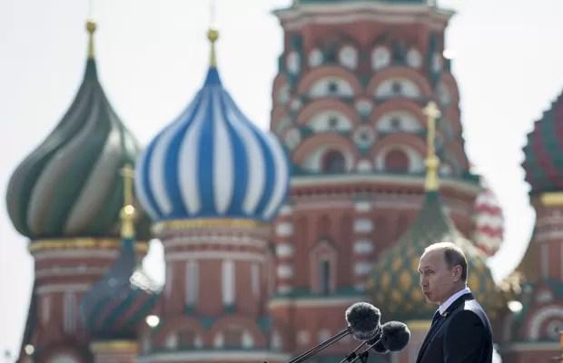 Presidente russo, Vladimir Putin, fala na Parada da Vitória, que marcou os 70 anos do fim da Segunda Guerra Mundial, neste sábado (9) (Foto: AP)
