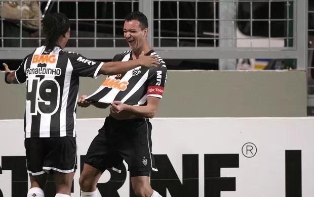 Ronaldinho e Rever, Atlético-MG x Coritiba (Foto: Carlos Roberto / Agência Estado)