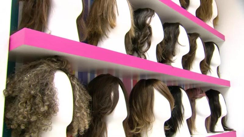 Perucas, laços e turbantes serão doados a pacientes de quimioterapia — Foto: Reprodução/TV Globo