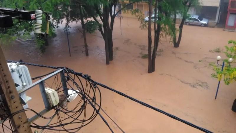 A forte chuva atingiu o distrito de Raposo em Itaperuna neste domingo (2) — Foto: Divulgação/Defesa Civil de Itaperuna