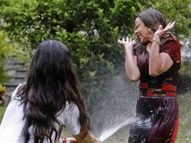 Sandra não perdoa e molha a madame inteira (Foto: TV Globo)