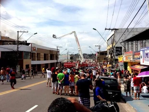 Curiosos acompanham trabalho dos bombeiros (Foto: Muniz Neto/G1 AM)