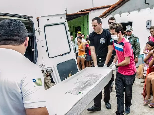 Policiais estiveram na casa da vítima e recolheram o corpo para exames periciais (Foto: Wenddel Veras/Blog do Coveiro)