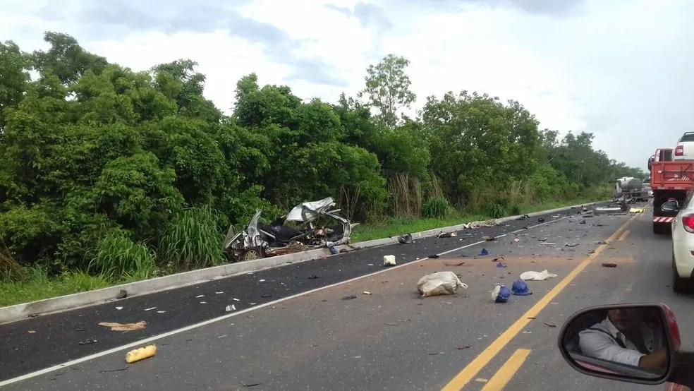 Batida entre carro e caminhão foi registrada na BR-153, perto de Rio dos Bois (Foto: Divulgação)