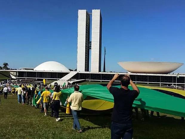 Manifestantes chegam ao Congresso Nacional para protocolar pedido de impeachmente da presidente Dilma Rousseff (Foto: Isabella Calzolari/G1)