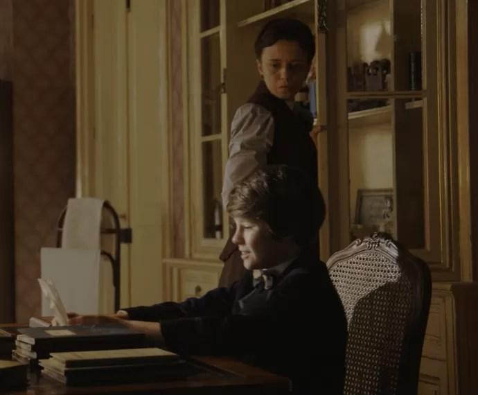 Alex não contém a felicidade diante da foto de sua mãe (Foto: TV Globo)