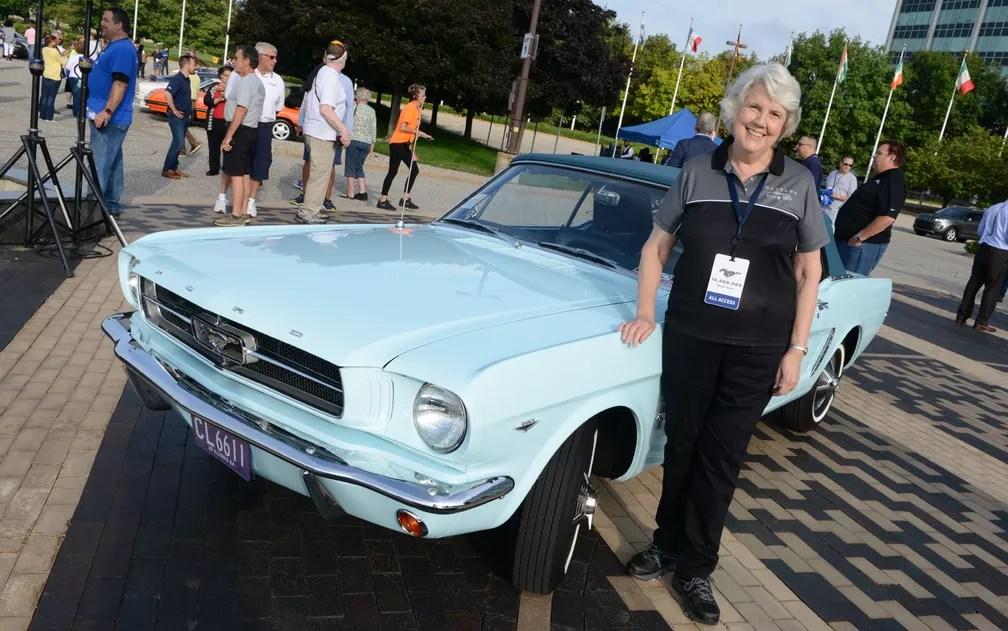 Gail Wise e seu Mustang 1964/65. Ela foi a primeira compradora do modelo (Foto: Divulgação/Ford)