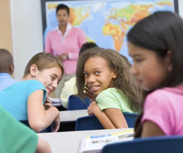 Criança sofrendo bullying dentro da escola (Foto: Thinkstock)