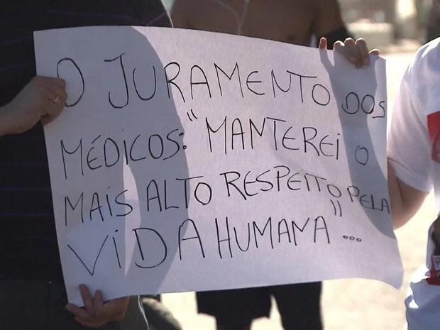 Motoqueiros, amigos e parentes fazem passeata por morte de irmãos na BA (Foto: Imagens / TV Bahia)
