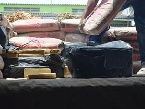 Maconha estava entre sacos de cimento (Foto: Jonatas Boni/G1)