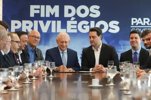 Emenda foi promulgada em evento no Palácio Iguaçu, com a presença de deputados e do governador Ratinho Júnior (PSD) — Foto: Rodrigo Félix Leal/ANPr